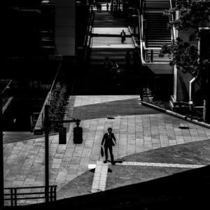 歩道を歩くサラリーマン (東京)