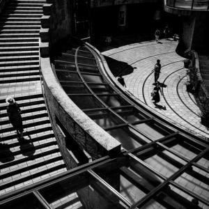 階段を上るカップル (東京)