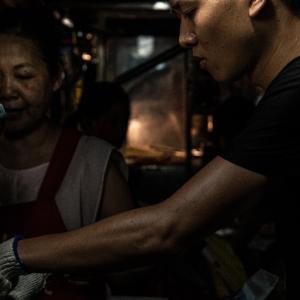 臨江街夜市でベビーカステラを焼く青年 (台湾)