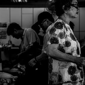 野菜売場の年配の女性 (台湾)