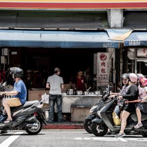 お店の前で信号待ちするバイク (台湾)