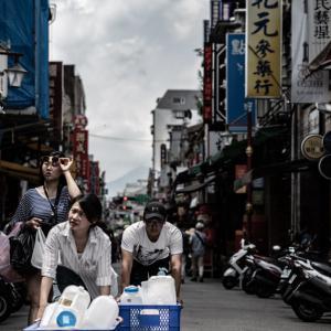 箱を押す男と女 (台湾)