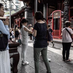 龍山寺で参拝する人びと (台湾)
