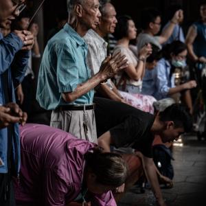 龍山寺は地元の人の信仰を集めている (台湾)