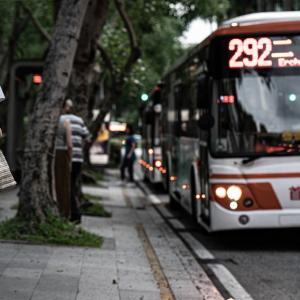 バス停でバスを待つ若い女性 (台湾)