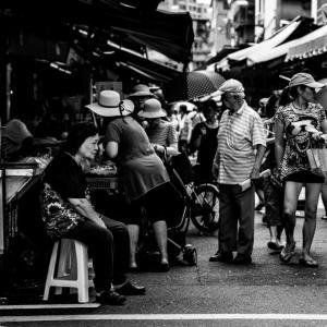 店頭でじっとしたままの女性 (台湾)