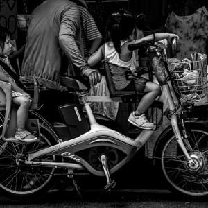 自転車の上の不機嫌そうな女の子 (台湾)
