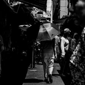 買い物客の中の傘 (台湾)