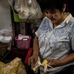 大きな果物を剥く女性 (タイ)