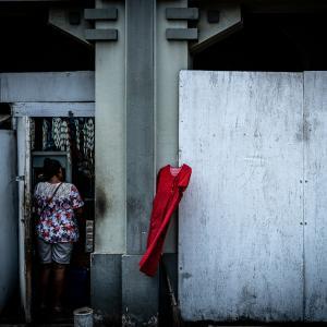 壁にかかる赤いワンピース (インドネシア)