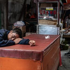 テーブルの上で熟睡していた男 (インドネシア)