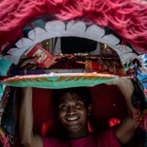 獅子舞を踊っていた男の笑顔 (インドネシア)