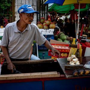 グロドック地区にいたココナッツ売り (インドネシア)