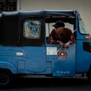 グロドックに停まっていた青いバジャイ (インドネシア)