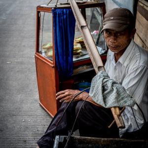 セラビを売り歩く男 (インドネシア)