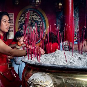 赤いワンピースと赤いバッグと赤い線香 (インドネシア)