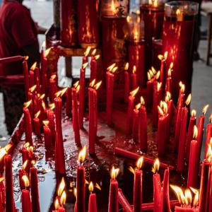金徳院のテーブルの上で燃えるロウソク (インドネシア)
