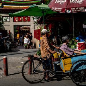 金徳院の門前に停車したベチャ (インドネシア)