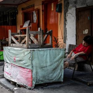 道端で熟睡していた老婆 (インドネシア)