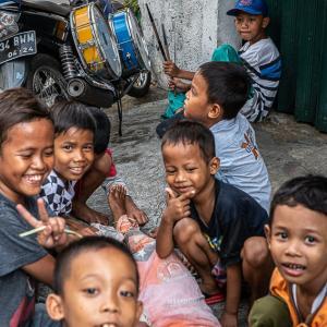 タマン・サリ地区で遊んでいた男の子たち (インドネシア)