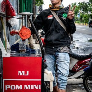 軽油を給油する男 (インドネシア)