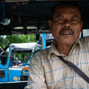 怪訝な顔をしたバジャイの運転手 (インドネシア)