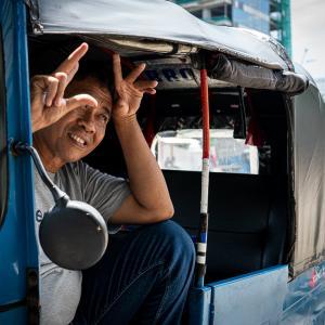 戯けた顔をしたバジャイの運転手 (インドネシア)