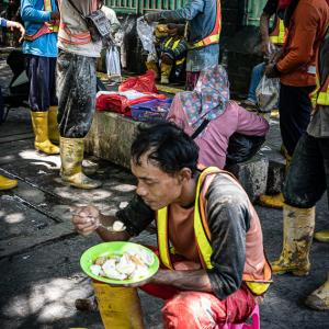 昼休みの建設作業員 (インドネシア)
