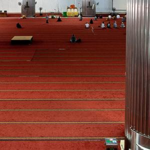 ガランとしたイスティクラル・モスクの内部 (インドネシア)