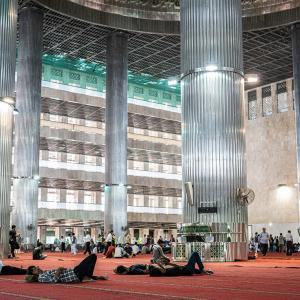 イスティクラル・モスクの中の絨毯の上でくつろぐ男たち (インドネシア)