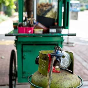 カテドラル通りにあった緑のガスボンベ (インドネシア)