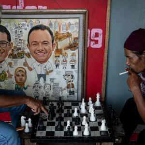 絵の横でチェスする二人 (インドネシア)