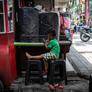パサール・バルにいた男の子 (インドネシア)