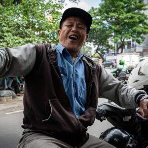 陽気なバイクタクシーの運転手 (インドネシア)