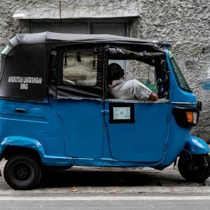 バジャイの中で寝る男 (インドネシア)