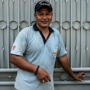 水色のポロシャツを着た男 (インドネシア)