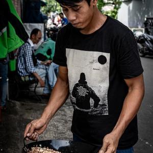 道端で中華鍋を振る男 (インドネシア)