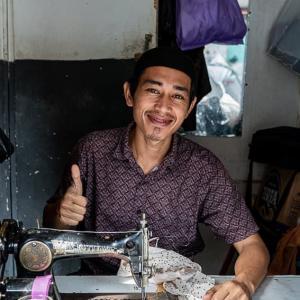 年季の入ったミシンを操る若い仕立て屋 (インドネシア)