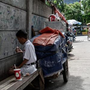 壁に向かって食べる男の子 (インドネシア)