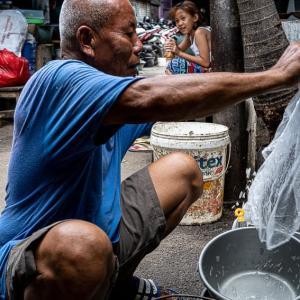 老人とバケツ (インドネシア)