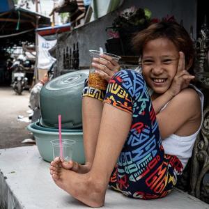 路地でご飯を食べていた女の子 (インドネシア)