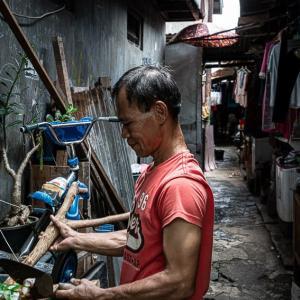 路地の入り口で考える男 (インドネシア)