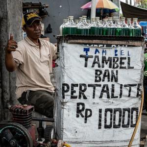 緑色の液体を売る男 (インドネシア)