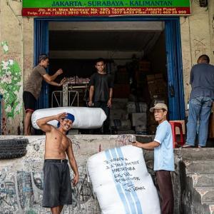袋の周りの陽気な男たち (インドネシア)