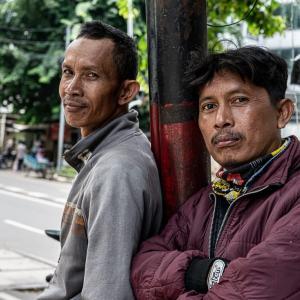 涼し気な顔をしたバイクタクシーの運転手 (インドネシア)