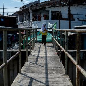 住宅街に架かる小さな橋 (インドネシア)