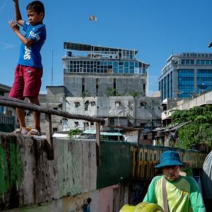 川沿いを歩く男の子と男 (インドネシア)