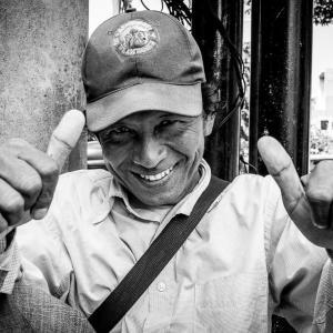 両手の親指を立てた男 (インドネシア)