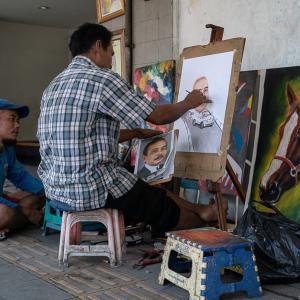 歩道で肖像画を描く男 (インドネシア)