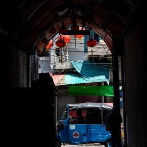 路地の先に見えるバジャイ (インドネシア)